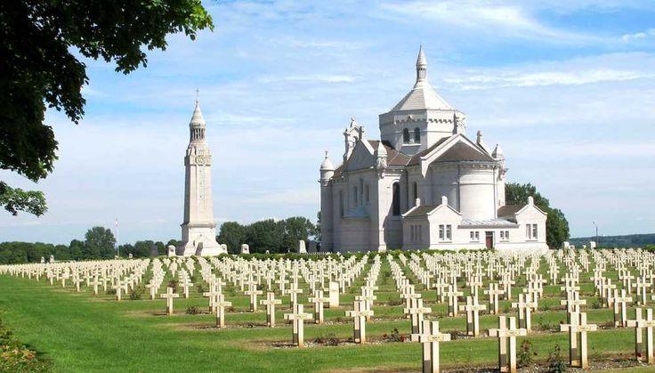 Nécropole nationale de Notre-Dame-de-Lorette s'étendant sur 13 hectares, le cimetière militaire est situé sur une colline proche de Vimy (Pas-de-Calais).  Il abrite 20.000 tombes individuelles et 8 ossuaires où sont rassemblés les restes de 22.870 soldats inconnus, tués au cours de la Première Guerre mondiale.  La Tour Lanterne, haute de 52 mètres, symbolise la flamme du souvenir.   Depuis 1980, la Chapelle ardente renferme le cercueil d'un soldat inconnu de la guerre d'Algérie.