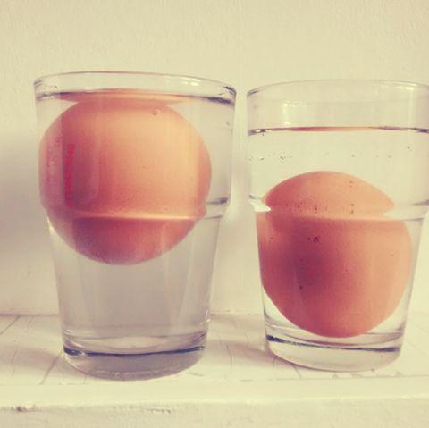Si un huevo flota ¡tíralo! Con el tiempo el aire penetra lentamente en su interior y pierde la frescura #consejos #trucos #cocina