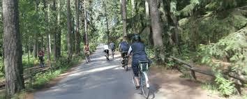 Keskuspuisto tarjoaa kaupunkioloissa vertaansa vailla olevat maisemat työmatkapyöräilylle. / Helsinki's Central Park provides unique opportunities for bicycling to work through nature.