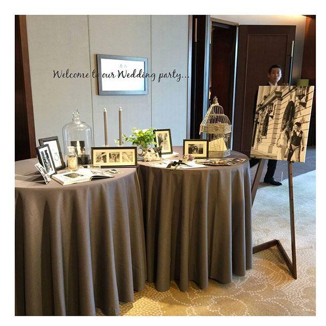 """Wedding party report. ウェルカムスペースはこんな感じでした… ※友人より。 テーマの""""大人クラシカル""""の雰囲気を出すために前撮り写真は全てモノクロに… ウェルカムボードもゲストの方々に大好評でした♥ 色味がない分、もう少し全体的にボリュームがあっても良かったかなぁと思いましたが、 皆さん前撮り写真をゆっくり眺めることができたようで良かった良かった! プランナーさんに指示書を作成し配置いただきました✨ 他の組のプロカメラマンさんも見に来てくださっていたようで、嬉しかったデス♥ #卒花#パレスホテル東京#葵西#大人クラシカル婚#ウェルカムスペース"""
