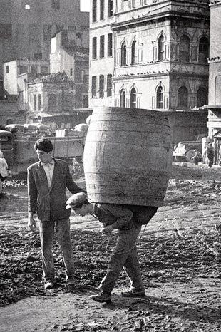 HAMAL (porter). Istanbul, c. 1950. (Ara Güler).