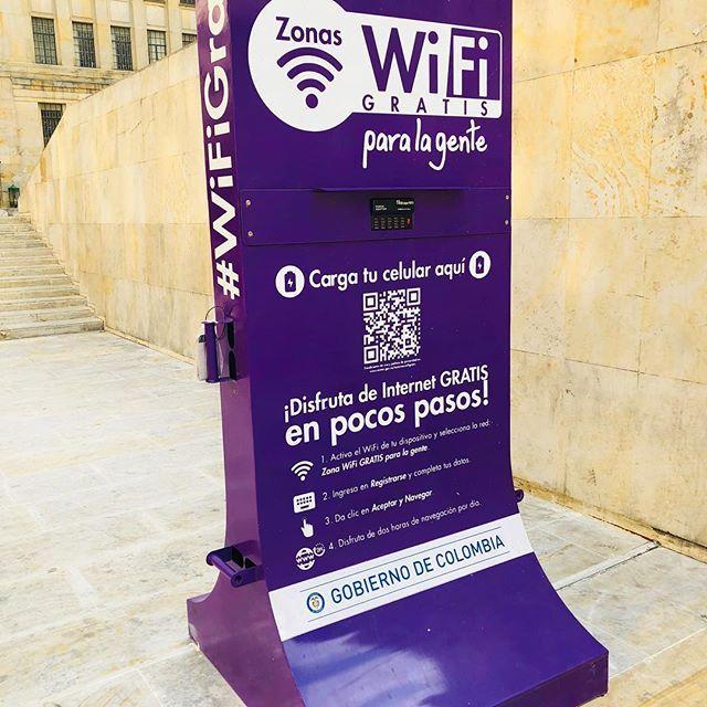 Aunque creemos que 'todo el mundo' tiene Internet móvil en nuestras ciudades las zonas Wi-Fi son una gran herramienta de inclusión digital. Millones de colombianos se conectan con ellas al mundo. Eso es @ImpactoTIC #in