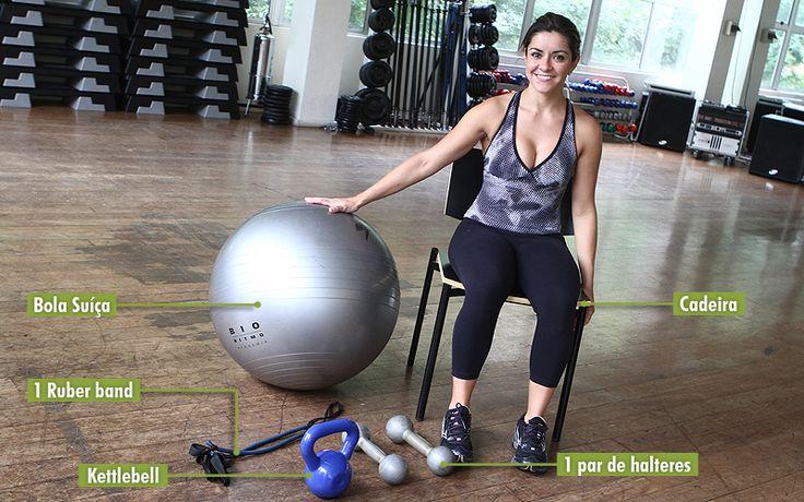 A personal trainer e professora da academia Bio Ritmo Mariane Herdy montou um treinamento especial para quem quer entrar em forma, melhorar o equilíbrio e o condicionamento do corpo sem sair de casa. Para fazer os exercícios é preciso ter uma cadeira, um par de halteres, uma kettlebell, uma bola suíça e um rubber band