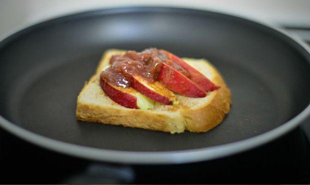 Είναι το αντίδοτο στη λιγούρα σου για ένα κομμάτι ζεστἠ μηλόπιτα. Βοnus: Από τη στιγμή που θα το αρχίσεις το τρώς σε 5 λεπτά. Mετρημένα.