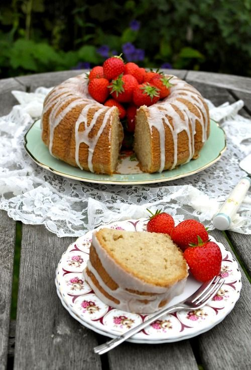 """Recipe for gluten-free """"Wimbledon Cake"""" with fresh strawberries by Victoria Glass"""