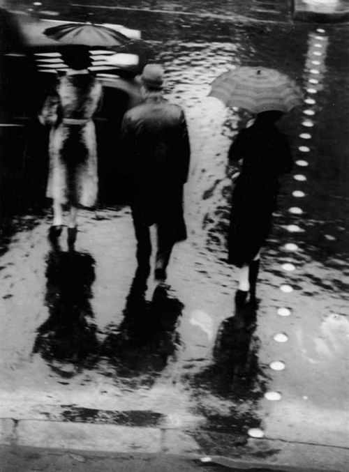 Passage clouté rue de Rivoli, Paris - Brassaï 1937.