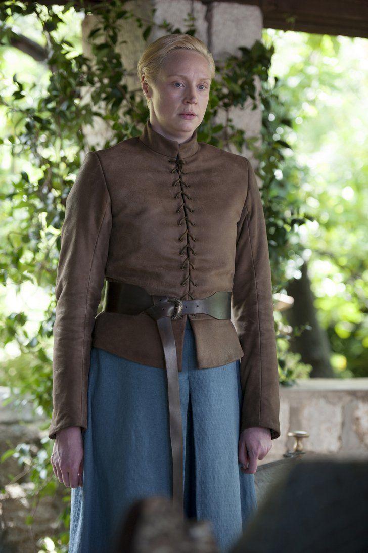 Pin for Later: Brandneue Bilder von Game of Thrones: Daenerys' Drachen sind groß geworden!  Brienne sieht aus, als fühle sie sich in Rüstung wohler.