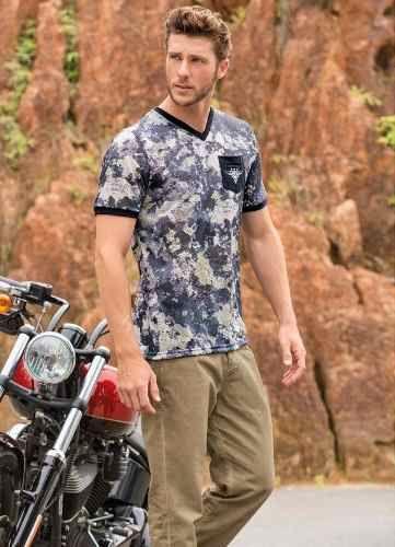 Camiseta Decote Gola V Actual Estampado Camuflado Bolso Bordado Preto