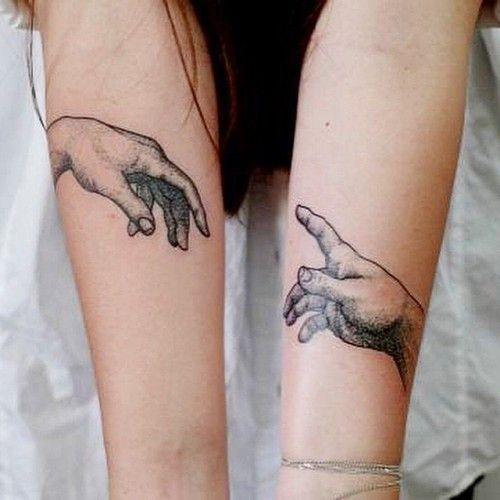 tatuaggio di coppia con mani