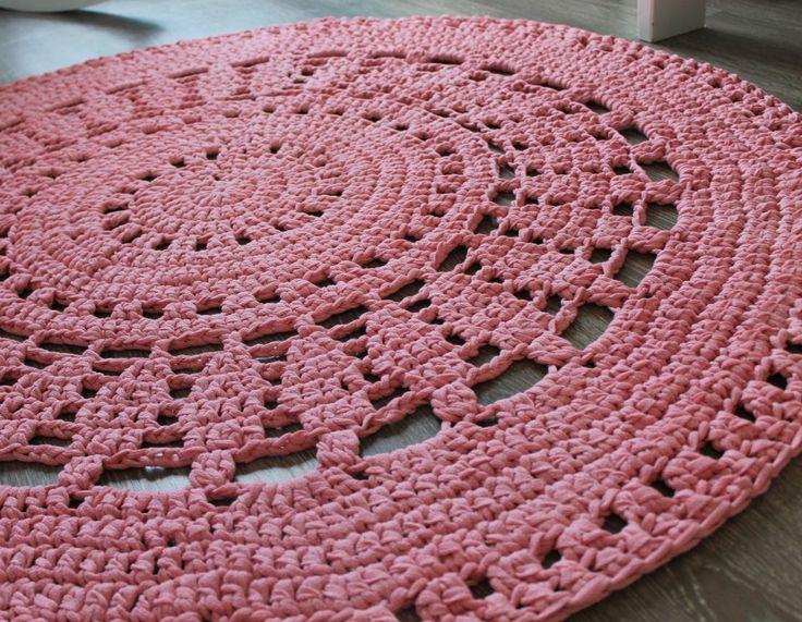 Gehaakt vloerkleed in de kleur roze te bestellen bij Poefenzo.