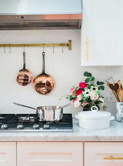 Muita gente tem medo de ousar na decoração da cozinha, porque não é tão simples mudar armários e revestimentos com frequência. Mas as tendências mais atuais trazem composições sóbrias, que vieram para ficar na sua casa por bastante tempo. Confira algumas ideias para o ambiente que podem pegar!