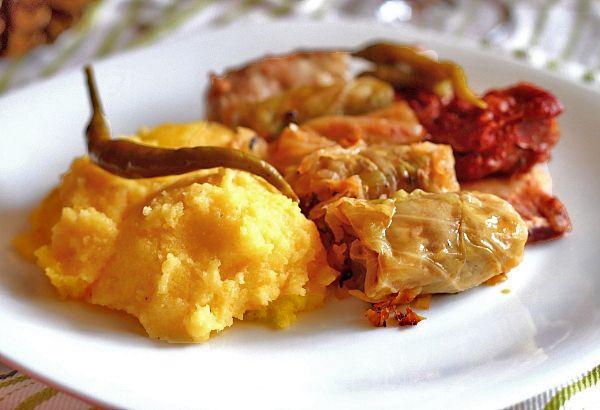 Sarmale in foi de varza cu afumatura - retete culinare mancare. Reteta sarmalute in foi de varza murata. Reteta traditionala romaneasca de sarmale.