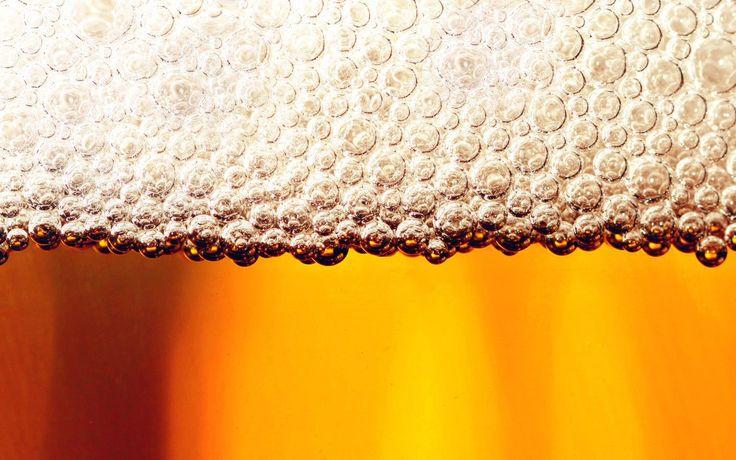 Todo mundo sabe que a cerveja faz bem para a saúde e que o álcool (de beber) em si, sempre trouxe benefícios, ou seja, se a sua mãe encher seu saco para parar de beber, mostre essa lista com 14 ben...