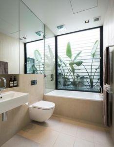 Dieses moderne Badezimmer als eine tiefe Badewanne, passende WC und Waschbecken. / Foto: Desyne
