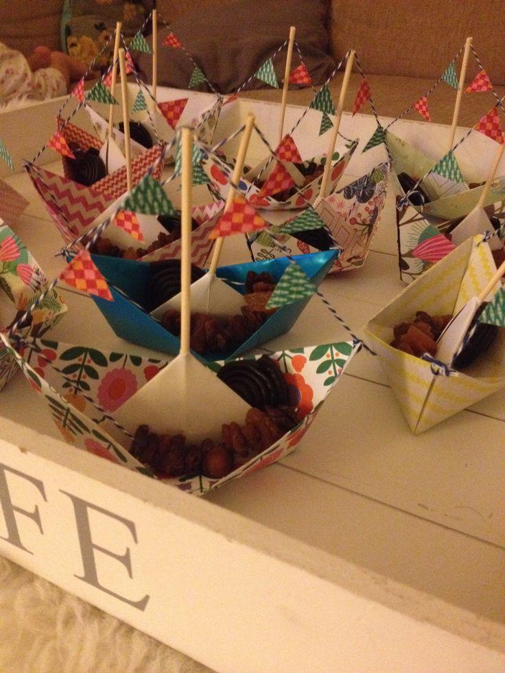 Gezonde traktatie, bootjes met anker van dropveter en rozijntjes.  DIY boat