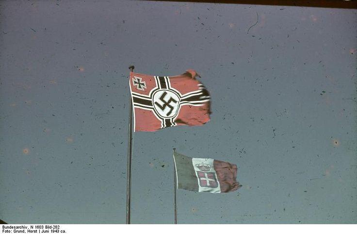 1943, Italie, Rome, Les drapeaux allemands et italiens flottent côte à côte