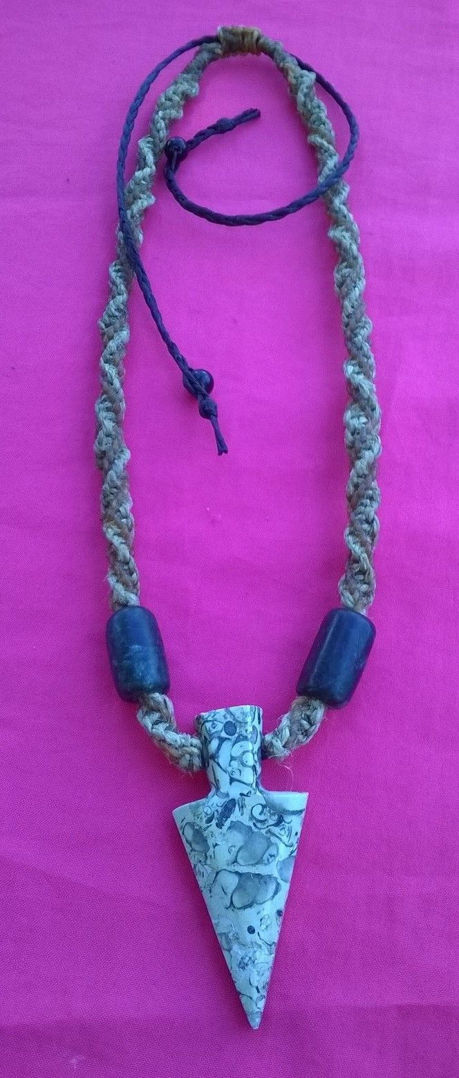 Punta de flecha de piedra fósil, collar tejido a mano, hilo encerado e hilo hemp