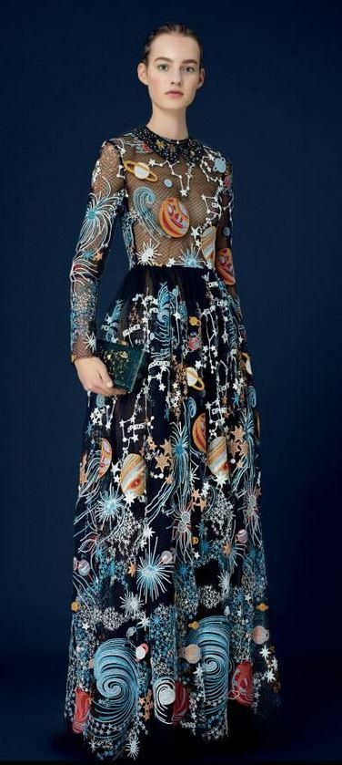 BORDADO EM CORES PRIMÁRIAS SOBRE COR NEUTRA This #Valentino #Cosmo dress is out of this world. http://m.valentino.com/go/89he75