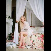 Идеальное утро невесты на кровати с балдахином.