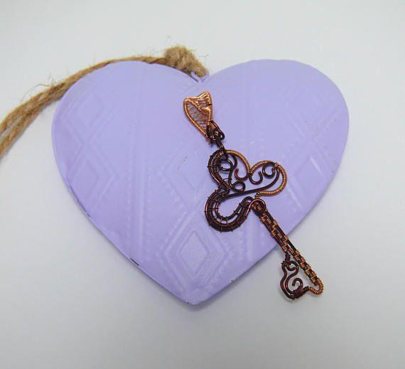 Chiave. Ciondolo a forma di Chiave in filo di Rame colorato. Key. Wire wrapping. Colored Copper.