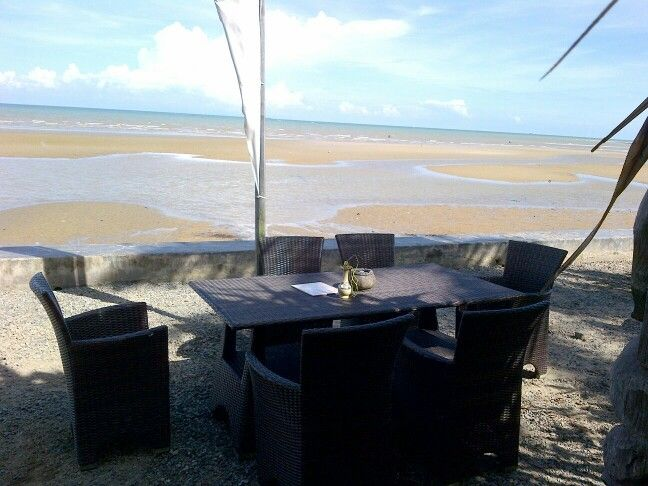 Pleasure Place for you, taste the foods with beach view