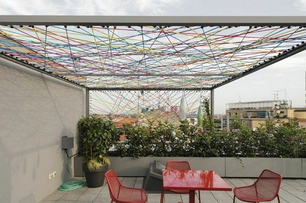 10 auf dem Dach eine pergola mit gummischnueren un lampen de denen von Ross Lovegrove haengen luceplan