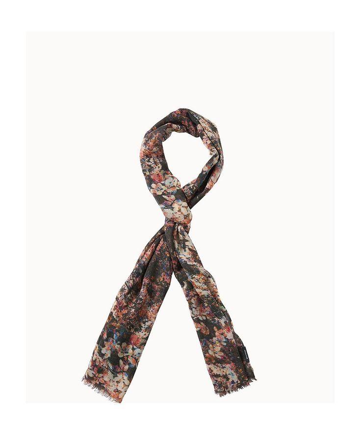 Modischer Schal aus einer dünnen Wollqualität mit detailliert ausgearbeitetem Druck und 1,5cm langen Fransen an den Enden. Durch die offene Struktur ergibt sich ein leichter Charakter. Aus 100% Wolle gefertigt....