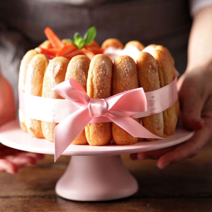 Voici la recette de la charlotte aux fraises de ma maman. Je partage avec vous ce gâteau, star du printemps. Elégant, frais et léger, c'est le dessert...