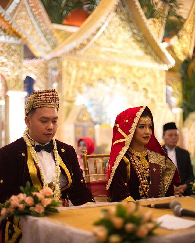 Koto gadang style for akad ❤  Venue: @puribegawan MUA : @makeupbylaode  Photography: @davidhartadi / @owlsomeproject  Videography: @threebulbs  Decoration & attire : @desiskandarwedding  WO: @kemuningwo #bridedept #thebridebestfriend #indonesianwedding #minangpride #kotogadang #minangbride #minangwedding #medinabino