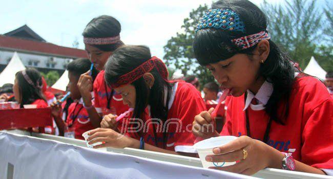 Ratusan anak-anak SD diajarkan cara menyikat gigi yang benar di Fakultas Kedokteran USU Jalan Dr. Mansyur Medan, Senin (19/9). Acara ini diselenggarakan dalam rangka memperingati  Hari Kesehatan Gigi Nasional (HKGN). Foto: Sutan/Sumut Pos