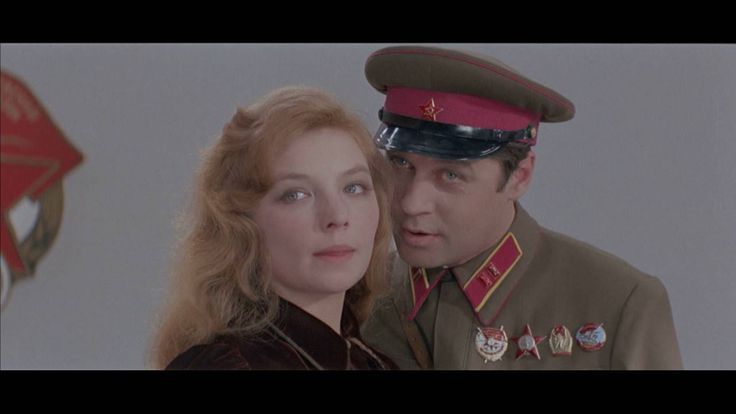 ...a jitra jsou zde tichá - dvoudílné sovětské válečné drama z roku 1972 natočené na námět novely Borise Vasiljeva. Jde o filmový příběh z druhé světové války z prostředí protiletadlového oddílu, složený výhradně z mladých žen. První díl nás seznámí s předválečnými osudy hlavních postav a druhá část líčí strastiplný boj dívek vedeného mužským velitelem se skupinou 16 dobře ozbrojených německých parašutistů. Celá německá skupina je zničena či zajata, ale všech pět děvčat v nerovném boji…