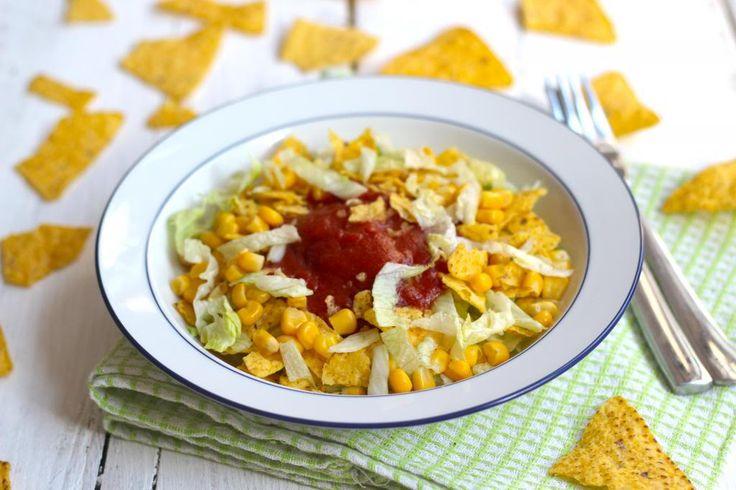 In deze taco salade zitten alle ingredienten die ook in een taco zitten, alleen het is net wat makkelijker eten.