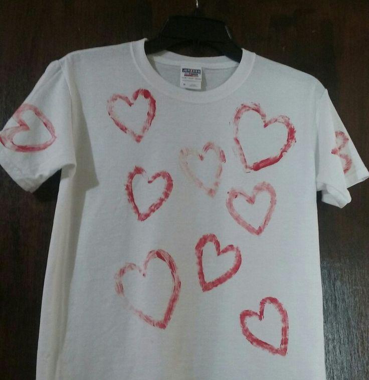 Personaliza tu camiseta para San Valentine. Moldes de corazón en cartón, los pintas con acrílico rojo, imprimes y listo!