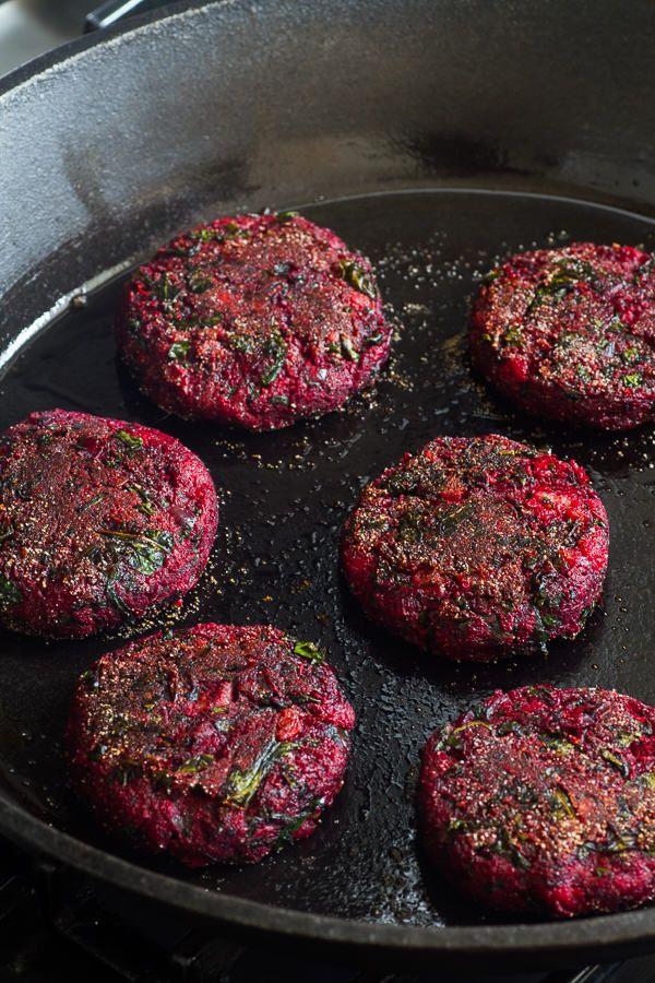 Nachdem ich etwas ratlos vor den drei geschenkten Rote Beete Knollen stand (ich mag Rote Beete partout nicht) hab ich das mal ausprobiert... Mit Guacamole, selbstgemachtem Chilli-Ketchup und Röstzwiebeln als Burger: der Hammer! Ich liiiiiebe Rote Beete! (Ich hab allerdings Rote Beete und Kichererbsen püriert, Zwiebelwürfel und vorgegarten Quinoa und Getreidekörner untergemischt - und auf Karotten und Grünkohl verzichtet)