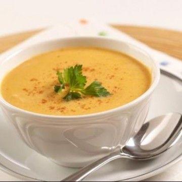 Bu tarif Tolga Mireli'nin Hubertus mutfağından esinlenerek uyguladığı bir çorba. Kullanılacak et suyu için tencerede 1 soğanı ikiye bölüp az zeytinyağında karamelize edin. 1.5 kg dana nuar eti, 250-300 g yağsız kıyma, 2 havuç, 1 kereviz ve yaprakları, 2 pırasa, 3 tatlı kaşığı tuz, 1-2 defne yaprağı ve 10-15 tane karabiber ile üstünü 3-4 parmak