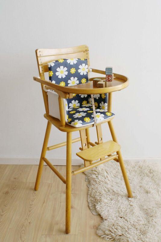 Vintage houten kinderstoel van Kibofa. Kekke hoge retro stoel met bloemetjes…