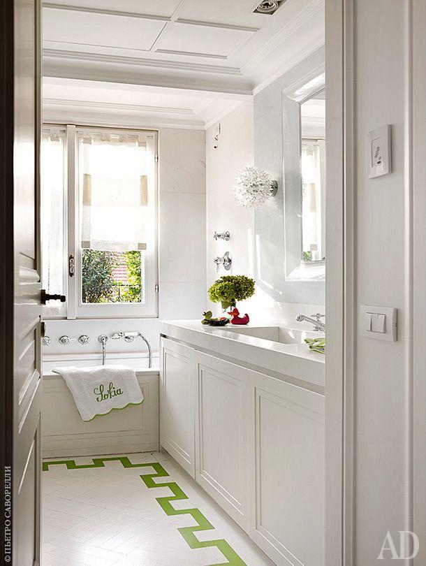Ванная комната в традиционном американском стиле. Белый, зеленый, большое зеркало, окно, ванна у окна
