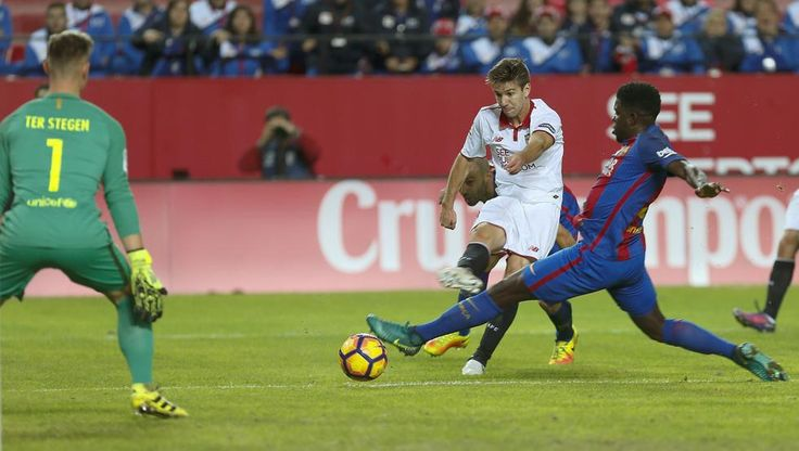 El defensa francés del FC Barcelona Samuel Umtiti (d) disputa un balón con el delantero argentino del Sevilla Luciano Vietto (2d), durante el partido de la jornada 11 de primera división,