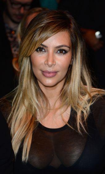 Kim Kardashian clareou os fios e mudou o seu tradicional visual castanho
