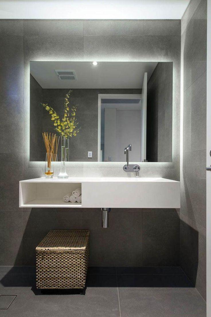 großer zeitgenössischer spiegel und lichtspiegel für bad
