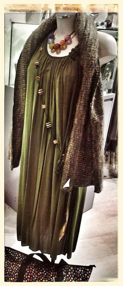 """Martedì green power! Collana ZSISKA collezione Colourful Beads Collana lunga """"Made in To""""  Sciarpone in lana collezione sartoria GRILLO TORINO Abito lungo in cotone Fashion bags a pois"""