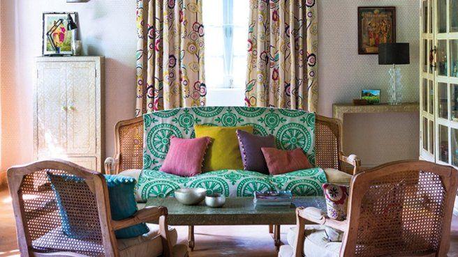 Déco salon bohème // http://www.deco.fr/diaporama/photo-direction-le-jardin-boheme-avec-la-nouvelle-collection-harlequin-72196/papier-peint-bleu-motif-fleur-1023642/#slideshow_trans