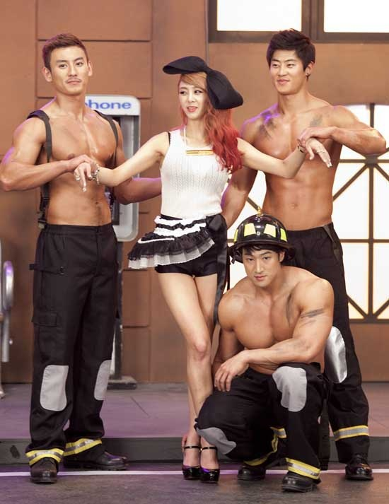 G.Na is Surrounded by Big, Muscular Men for ′2Hot′ #GNA #Kpop #Mnet
