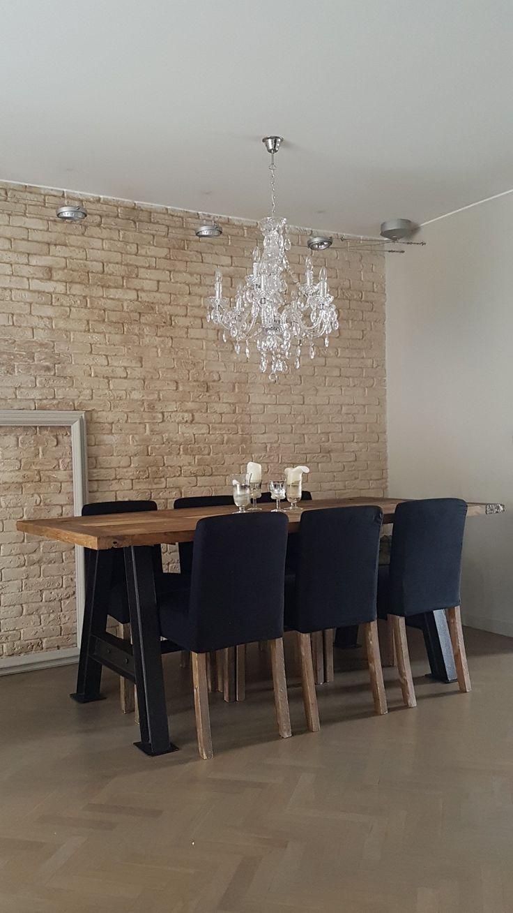 Mesa rustica con sillas negras