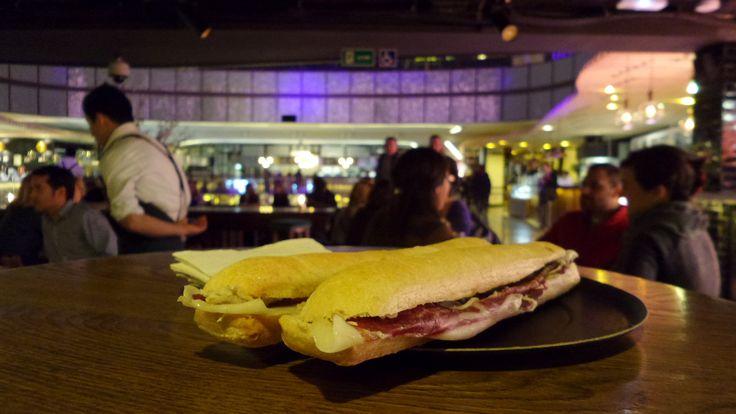 Disfruta de un bocadillo de jamón recién hecho en Sabor a Dehesa, en Platea Madrid.