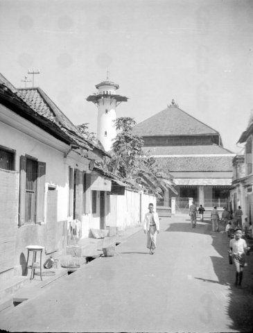 Mesigit (moskee) in straat in Surabaya, Indonesië (1950) - Kampung Ampel Suci (tampak mesjid agung sunan ampel)