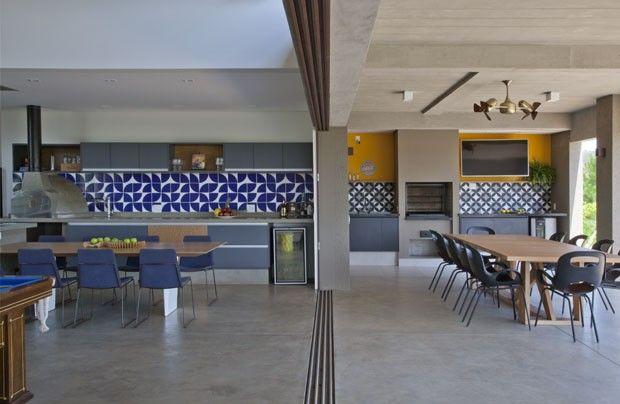 Elementos coloridos tiram sobriedade de casa modernista (Foto: Divulgação)
