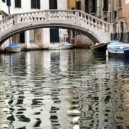 🇮🇹 The calmness of that water 😌 Breathtaking #italy #gondola #waterway #waterlane #visitvenice #visititalia #venice #venezia #calmwater #melbournelifelovetravel #picturesque #beautiful #love #canal #reflection #breathtaking