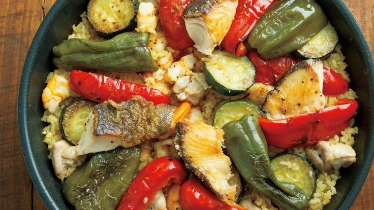 栗原 はるみさんの鶏もも肉,米を使った「フライパンパエリア」のレシピページです。サフランは使わず、カレー粉で。道具はフライパンひとつです。たっぷりの夏野菜に鶏や魚介のうまみが加わった、夏の盛りに食べたいパエリア。人が集まる夏休みのごちそうにどうぞ。 材料: 鶏もも肉、銀だら、えび、ピーマン、パプリカ(赤)、ズッキーニ、トマト、にんにく、たまねぎ、米、白ワイン、カレー粉、顆粒(かりゅう)スープの素(もと)、オリーブ油、塩、黒こしょう
