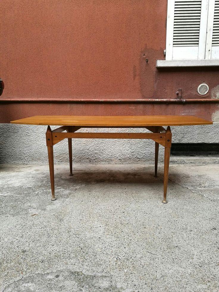 Nel 1953 veniva disegnato il TL3 un tavolo interamente smontabile e disponibili in tutte le forme inclusa questa, rettangolare con angoli smussati. misura 180x85x76h Il nostro è in teak ed è la produzione di Poggi.